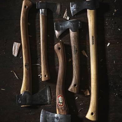 🪓 Gränsfors Bruks🪓 Sekera s príbehom🇸🇪 ▪️Exkluzívna vysokokvalitná sekera od švédskeho výrobcu Gränsfors ▪️Hlava sekery je ukutá ručne zo švédskej ocele ▪️Úzky profil čepele zabezpečuje hladké a ľahké presekávanie dreva ▪️Porisko je ručne vyrobené z dreva bieleho orecha, ktoré síce nepatrí medzi najtvrdšie dreviny sveta, ale ktorého celkové vlastnosti znášajú otrasy a nárazy lepšie, ako akákoľvek iná drevina☝🏻 ▪️Sekera sa dodáva ošetrená olejom a s praktickým koženým púzdrom ❗️Záruka na sekeru je 20 rokov❗️  Exkluzívne v 🟤DEERLAND🟤 ☑️www.deerland.sk☑️  #deerland #bruks #gransforsbruks #sweden #highquality #hunting #huntingshop #shopnow